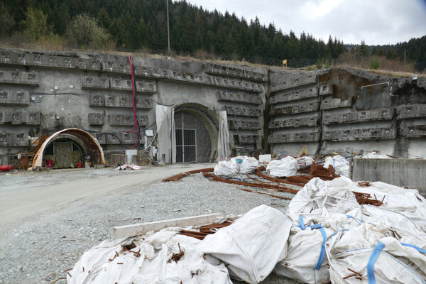 Západný portál tunela Višňové.