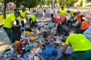 V odpade na námestí sa hrabali odborníci. Dotrieďovali to, čo ľudia vyhodili. Zistili, že na skládku by mohlo putovať oveľa menej odpadu.