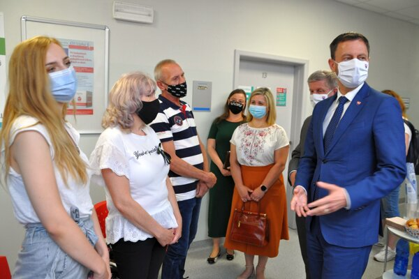 Premiér Heger s ministrom Lengvarským a župankou Erikou Jurinovou spolu s prvým tromi pacientmi, ktorých očkovali v ambulancii všeobecného lekára v Dolnom Kubíne.