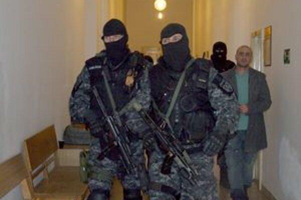 Ľuboša Ferusa priviedli na súd kukláči už krátko po 8.30 hodine. Sudkyňa o jeho väzbe rozhodla až po ôsmich hodinách.