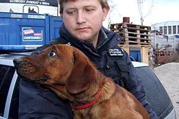 František Kubíček so psíkom, ktorý pobehoval po novej R1.