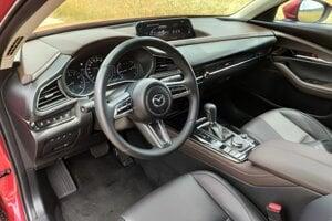 Interiér CX-30 v kombinácii čiernej a hnedej kože.