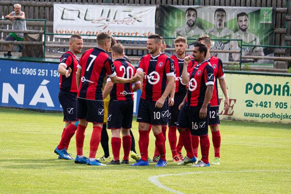 Futbalisti Rajca vyhrali vskrátenej sezóne ztrinástich zápasov len jeden apo troch rokoch vo štvrtej lige vypadávajú osúťaž nižšie.