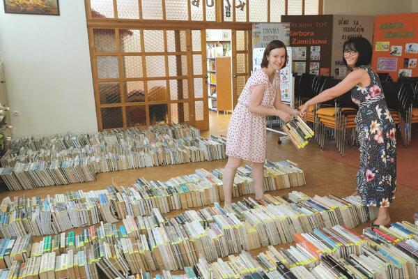 Sťahovanie kníh z oddelenia odbornej literatúry Tekovskej knižnice.