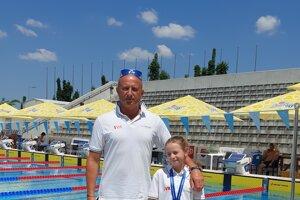 Tréner Michal Knihár so svojou najmladšou zverenkyňou Emmou Schmellhaus, ktorá je už aj majsterkou SR.