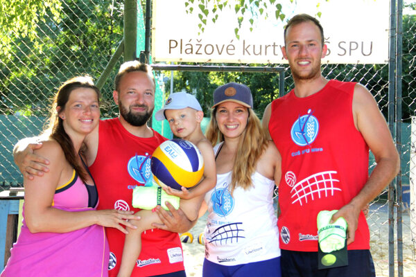 Víťazi mužskej kategórie Marek Maličký a Daniel Mikušovič so svojimi manželkami a ratolesťou.