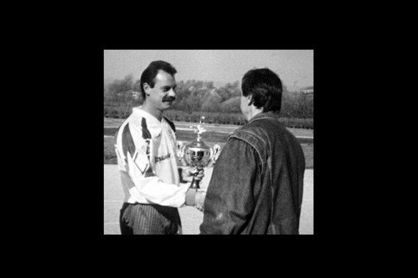 Vlado Ostrihoň (vľavo) preberá cenu pre najlepšieho strelca v roku 1998.