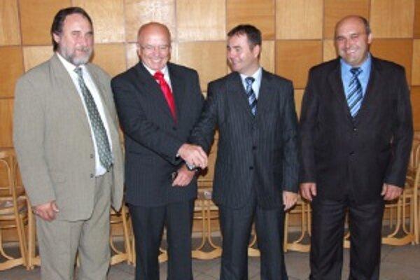 Niekdajší okresní predsedovia trojkoalície s Lednárom. Zľava Klučiar (KDH), Lednár, Kéry (Smer) a Mladý (HZDS).