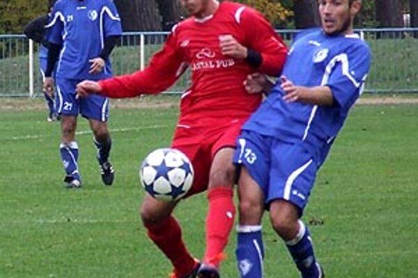Šamorín v lokálnom derby porazil Dunajskú Lužnú 1:0. Na snímke súboj Hulínka s Brunovským.