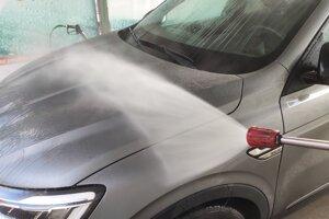 Umývanie auta vysokotlakovým čističom.