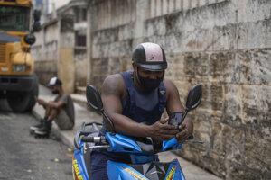 Muž používa predplatenú wifi neďaleko parku v kubánskom hlavnom meste Havana.