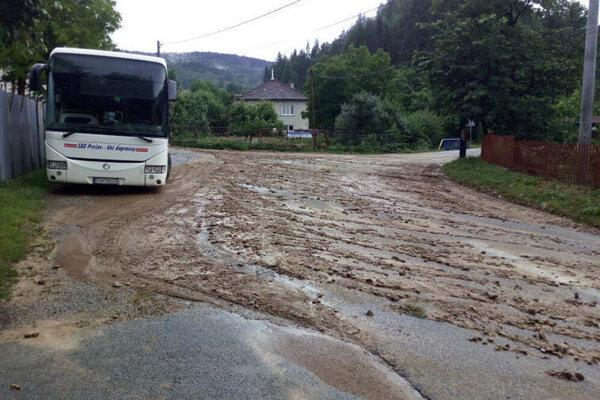 V Miklušovciach zostali po búrkach cesty špinavé od bahna.