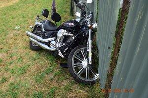 Motocykel skončil mimo cesty. Mieru zavinenia ešte len posúdia kompetentní.