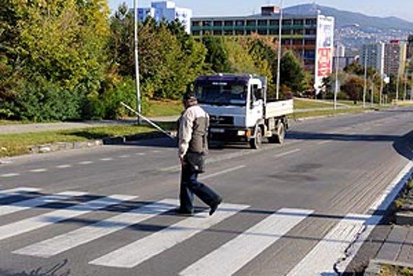 Ľudovít Bajla sa s bielou palicou snaží prejsť cez priechod.