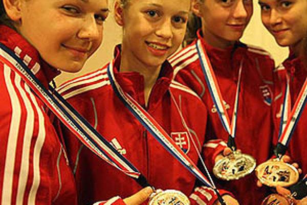 Alexandra Chovancová (druhá zľava) mala v Malajzii bilanciu 4 výhier a 1 prehry, čo jej vynieslo bronzovú medailu.