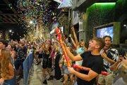 Ľudia oslavujú znovuotvorenie barov v Leedsi.
