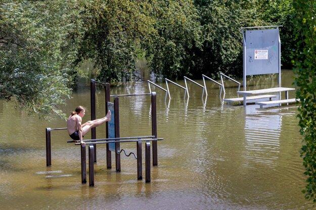 Mladý muž cvičí na riekou Moravou zaplavenom workoutovom ihrisku pod Cyklomostom slobody v bratislavskej mestskej časti Devínska Nová Ves.