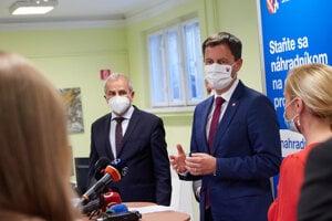 Očkovacie centrum navštívil v piatok premiér Eduard Heger, vľavo predseda kraja Ján Lunter.