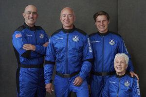 Posádka prvého letu na lodi New Shepard, zľava: Mark Bezos, zakladateľ Amazonu Jeff Bezos, tínedžer Oliver Daemen a priekopníčka letectva Wally Funková.