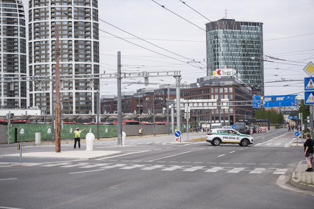 Uzatvorená autobusová stanica Mynské nivy z dôvodu nájdenej leteckej bomby na stavenisku na Chalupkovej ulici.