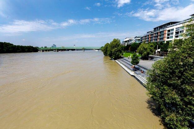 Pohľad na rieku Dunaj pri nákupnom centre Eurovea.