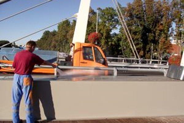 Most čistili od trusu pomocou silného prúdu vody.