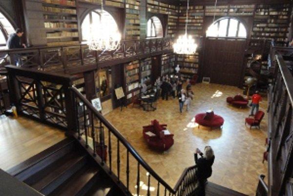 Dnes má Apponyiovská knižnica 17 342 kníh v desiatich jazykoch, okrem iných aj v hebrejčine.