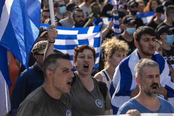 Gréci protestujú proti plánom na zavedenie povinného očkovania.