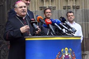 Vľavo košický arcibiskup a metropolita Bernard Bober.
