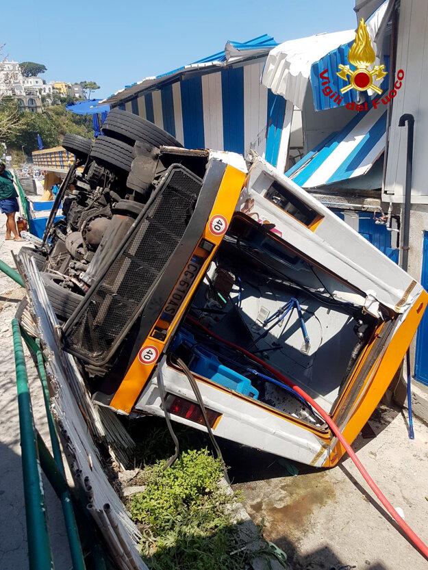 Autobus v Capri sa zrútil z cesty.