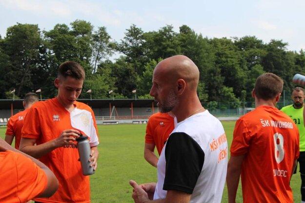 Tréner Turňa dáva inštrukcie svojim zverencom