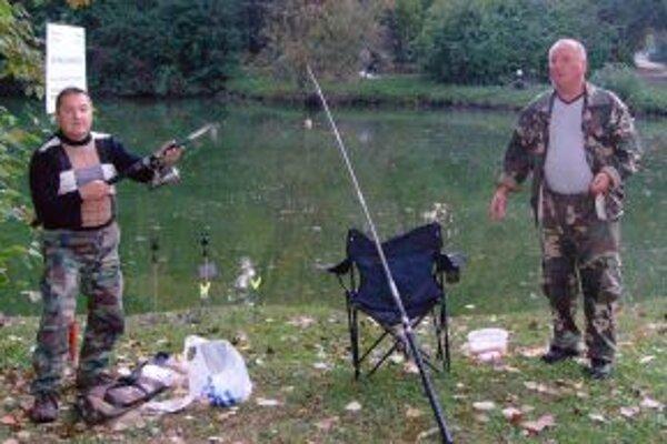Rybári  nahodili svoje prúty o siedmej ráno.