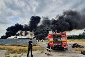 Dym stúpal k oblohe do výšky zrejme i viac ako sto metrov a vietor ho hnal von z mesta.