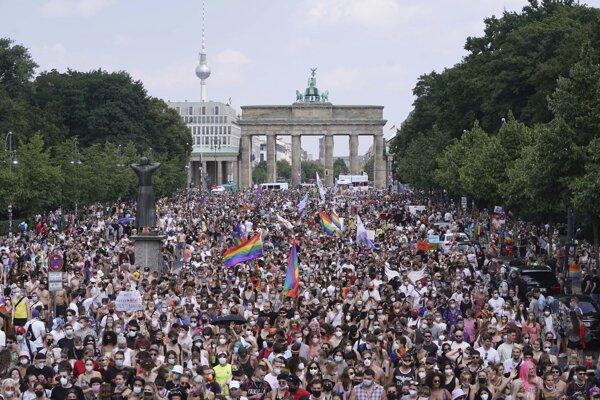 Približne 65 000 ľudí sa v sobotu zúčastnilo na berlínskom dúhovom pochode.