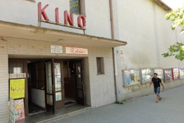 Klasické kino v Zlatých Moravciach premieta už sto rokov. V budove na námestí je od 50. rokov minulého storočia.