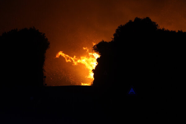 Na snímke požiar v obci Cuglieri na talianskom ostrove Sardínia 25. júla 2021.
