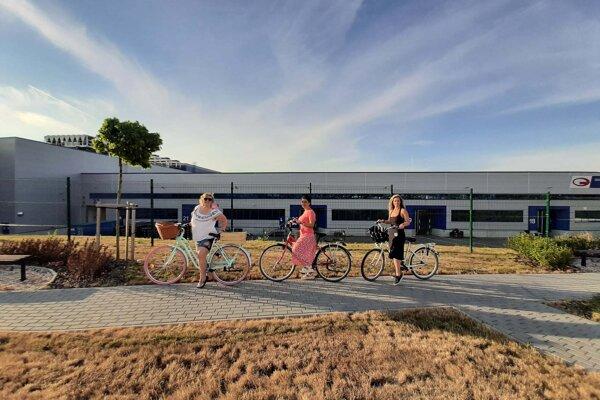 Do práce sa presúvali na bicykloch.