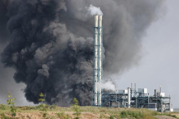 Hustý čierny dym stúpa k oblohe po mohutnej explózii, ku ktorej došlo v areáli chemického závodu v nemeckom meste Leverkusen.