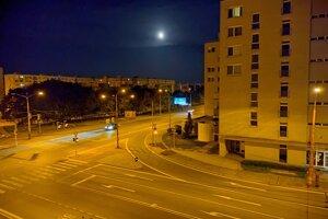 Nočná fotografia z Nokie X20 je použiteľná, aj keď nie dokonalá.