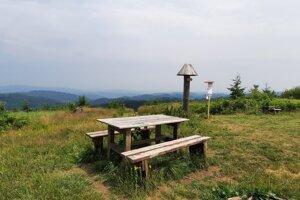 Z posedenia na Jakubovskom vrchu sa môžete kochať výhľadmi na všetky strany.