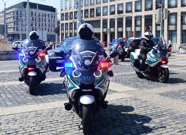 Nácvik slávnostného motosprievodu na nových policajných špeciáloch k návšteve pápeža Františka.