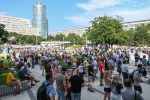 Atmosféra počas verejnej manifestácie s názvom Za očkované Slovensko