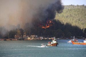 Bodrum, Turecko. Oheň vyhnal z domov miestnych aj turistov.