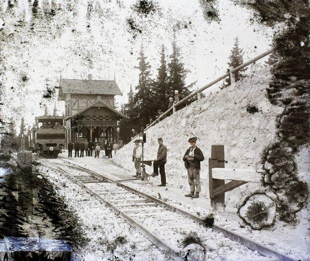 Ozubnicová železnica pred stanicou Štrbské Pleso v roku 1906.