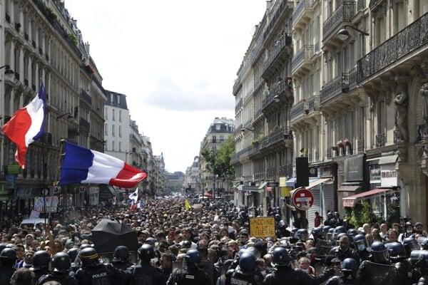 Ulice Paríža zaplnili demonštranti.