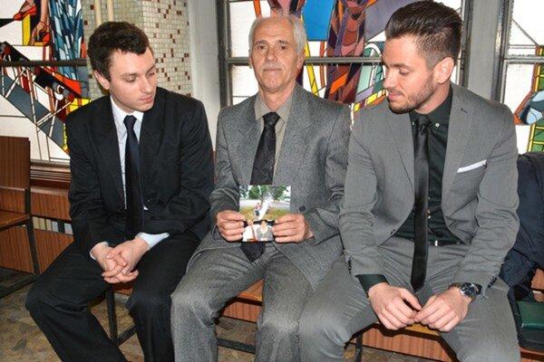 Otec so synmi na okresnom súde. V rukách majú fotografiu nebohej Anny.