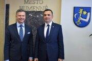 Primátor Miloš Meričko (vľavo) vymenoval do funkcie viceprimátora Ondreja Babjarčíka.