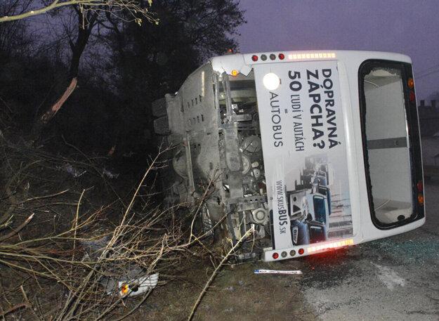 Prevrátený autobus v Jasove.