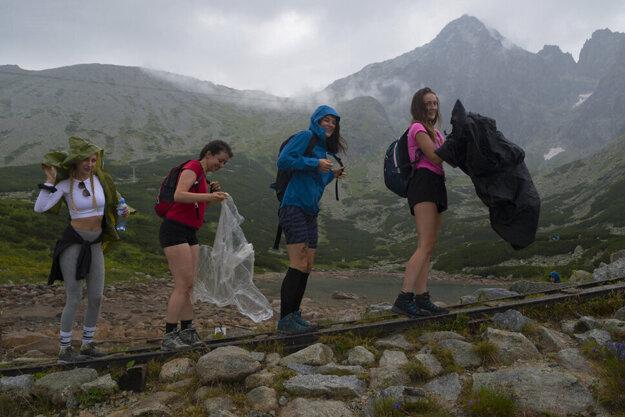 Turistky od túry zo Skalnatého plesa k Zelenému plesu cez Svišťovku neodradil ani dážď.