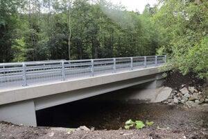 Na moste ešte treba doplniť vodorovné dopravné značenie.
